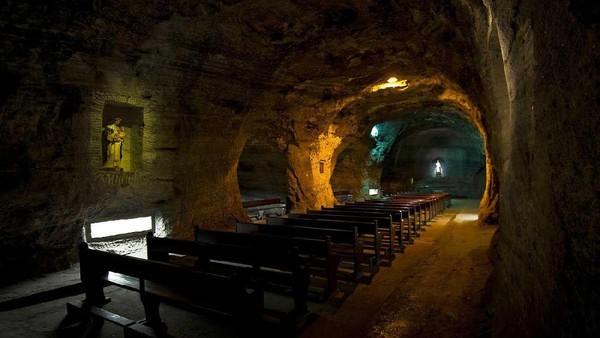 Awalnya, di tahun 1932 para penambang mengukir tempat kecil untuk mereka beribadah. Sampai akhirnya tahun 1950 mereka mulai membangun gereja yang lebih besar (AFP)
