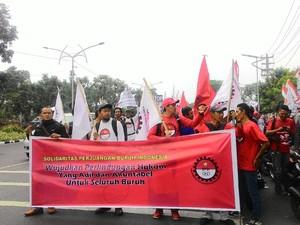 Ratusan Buruh Datangi Disnakertrans Jatim, Pertanyakan Hak Normatif