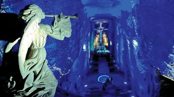 Lorong-lorong di dalam gereja dibuat dari lorong gua-gua bekas penambangan. Desain interior gereja semakin eksotis dibantu dengan pencahayaan yang dramatik. Memukau siapapun! (AFP)