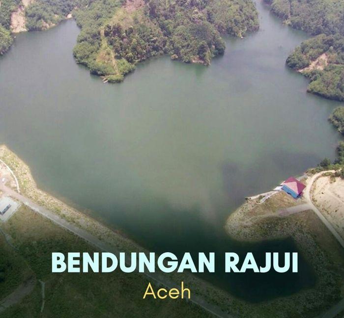 Bendungan Rajui yang terletak di Desa Masjid Tanjong, Kecamatan Padang Tiji, Kabupaten Pidie, Provinsi Aceh. Bendungan yang mulai dibangun pada awal tahun 2011 ini selesai pada tahun 2016. Dengan luas genangan 33,6 hektare (ha), bendungan ini diharapkan mampu menampung air sebanyak 2,67 juta meter kubik untuk mengairi areal persawahan seluas 4.790 ha. Dok. Kementerian PUPR.