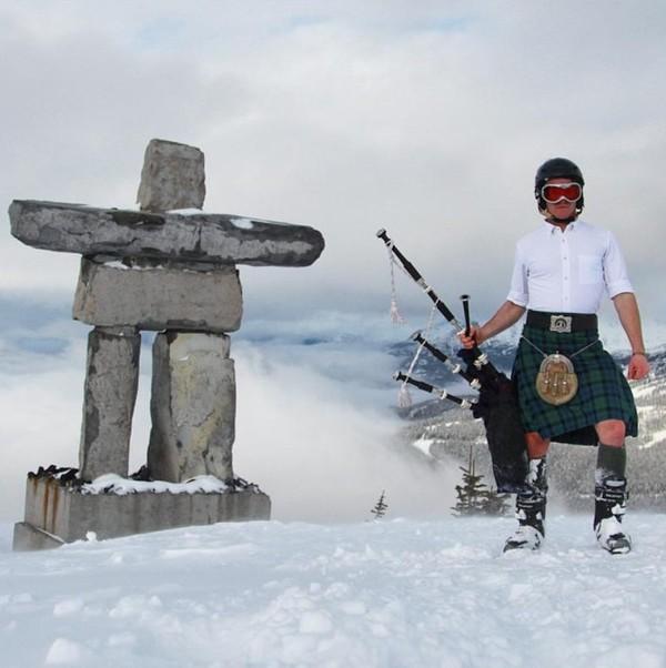 Hingga kini traveler Skotlandia ini telah mengunjungi sekitar 64 negara. Foto-foto perjalanannya pun banyak diunggah ke akun Instagramnya (thefirstpiper/Instagram)