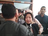 Atty Suharti saat meninggalkan ruang sidang.