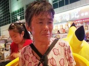 Kisah Haru Wanita 71 Tahun Pakai Kostum Pikachu Demi Pengobatan Putrinya