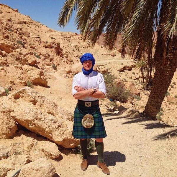Petualangannya dimulai pada May 2014 lalu. Negara yang pertama dikunjunginya adalah Tunisia. Pria ini memainkan bagpipe dengan kilt nya (thefirstpiper/Instagram)
