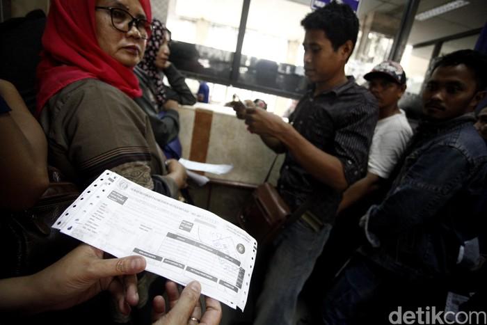 Pemprov DKI Jakarta memberikan waktu hingga 31 Agustus untuk penghapusan denda pajak. Jelang masa tenggat antrean warga terus mengular.