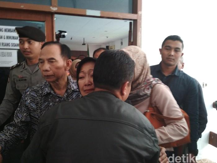 Atty Suharti menangis sambil memeluk seorang pria. (Foto: Dony Indra Ramadhan)
