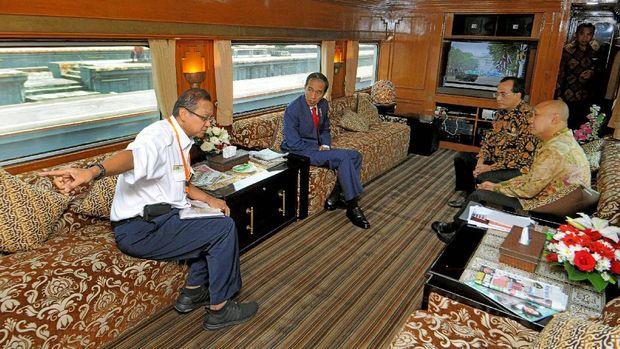 Presiden Jokowi melakukan rapat membahas soal peningkatan kemampuan transportasi kereta api bersama Menteri Perhubungan Budi Karya Sumadi dan Kepala Staf Presiden Teten Masduki  serta Direktur Utama PT KAI Edi Sukmoro.