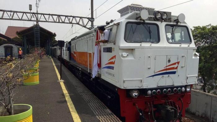 Dalam rangka kunjungan kenegaraan di wilayah Sukabumi, Presiden Jokowi nampak menggunakan Rangkaian Kereta Api Khusus dari Stasiun Gambir.