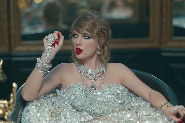 Ini Jadinya Krisdayanti Bermandikan Berlian Seperti Taylor Swift