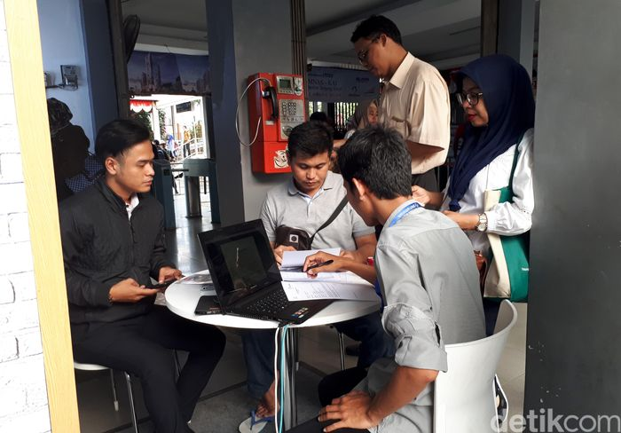 Berdasarkan pantauan detikFinance di lokasi, Stasiun Tanjung Barat, Jakarta, Kamis (31/8/2017), kerumunan orang-orang mulai terjadi sejak jam 16.30 WIB, saat jam pulang kerja dimulai.
