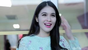 Tips si Cantik Sandra Dewi Cegah Flu Saat Cuaca Tak Menentu