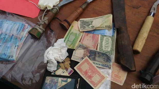 Bunga edelweis dan mata uang kuno milik penjambret