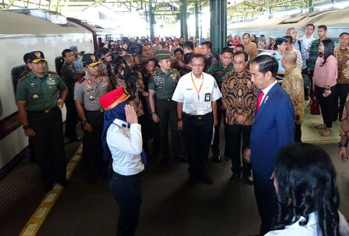 Dengan pengawalan ketat, Ia disambut oleh para petugas Kereta Api di Stasiun Gambir. Dok. KAI.