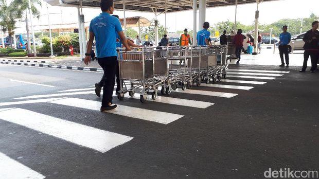 Aktivitas porter di Bandara Soekarno-Hatta /