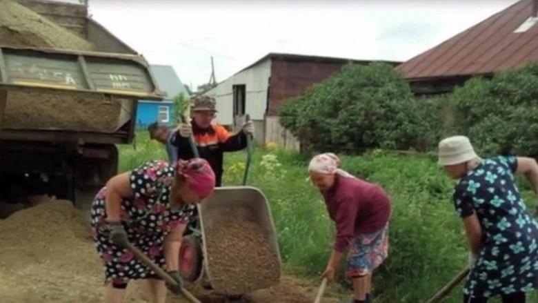 Nenek-nenek Rusia Perbaiki Jalan karena Jenuh Tunggu Pemerintah