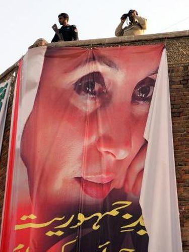 Banner yang dipasang pada peringatan lima tahun tewasnya mantan Perdana Menteri Pakistan Benazir Bhutto
