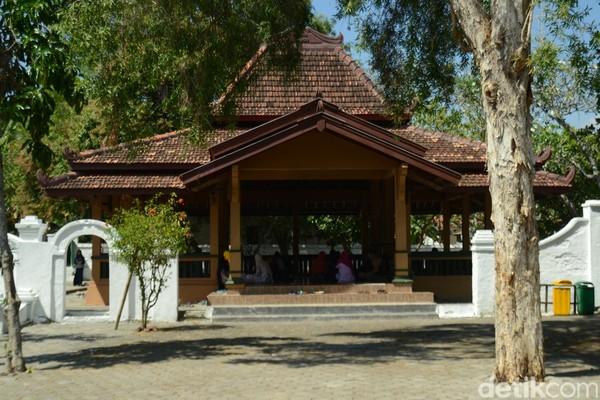 Makam Sunan Bonang berada di Jalan KH Mustain, Kelurahan Kutorejo, Kecamatan Tuban, Kabupaten Tuban, Jawa Timur. Makamnya berada di dalam pendopo. Sunan Bonang merupakan anak dari Sunan Ampel.(Arif Syaefudin/detikcom)
