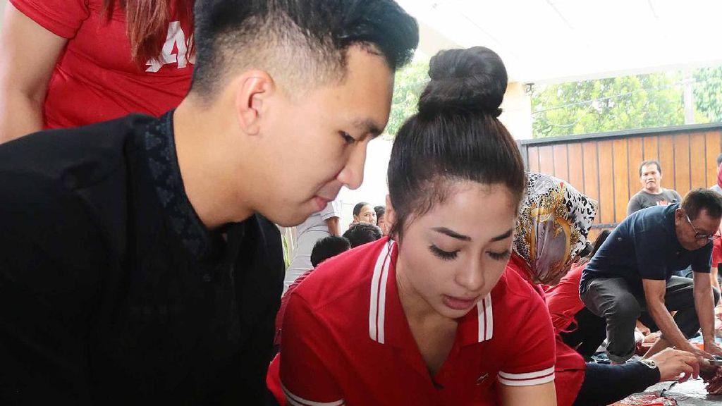So Sweet Banget! Nikita Willy Potong Hewan Kurban Bareng Kekasih