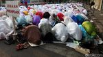 Foto: Umat Islam Salat Idul Adha di Jalanan Kawasan Jatinegara