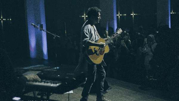 Aksi Panggung Rendy Pandugo di Showcase Album Debutnya