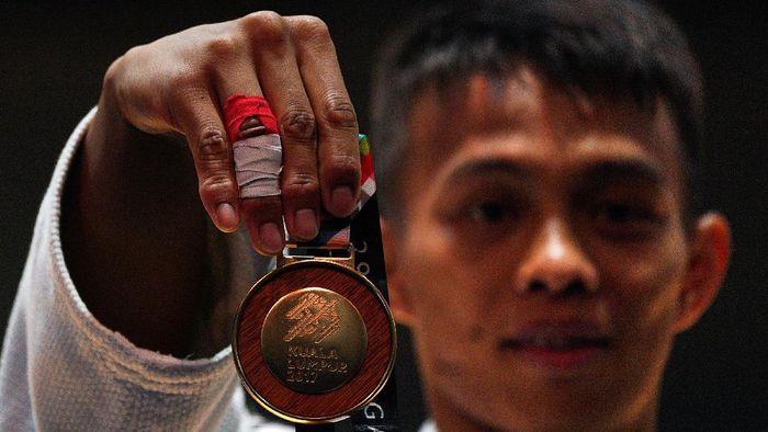 Ilustrasi: Iksan Apriyadi menunjukkan medali emas dari judo 73kg putra di SEA Games 2017 Kuala Lumpur, (Sigid Kurniawan/Antara Foto)