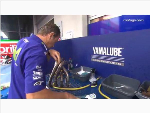 Proses mencuci motor MotoGP, semua bagian motor dipreteli