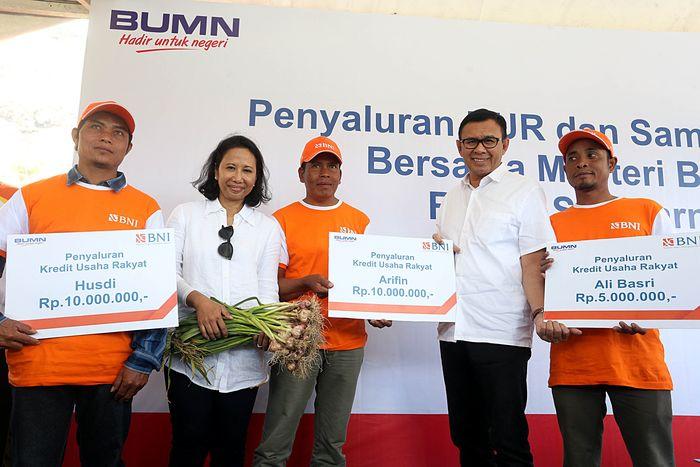 Menteri BUMN Rini Soemarno menyaksikan penyaluran Kredit Usaha Rakyat (KUR) di Desa Sembalun Bumbung, Kecamatan Sembalun, Kabupaten Lombok Timur, NTB. (BNI).