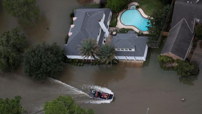 Dampak Badai Harvey bukan sekadar rumah hancur dan banjir. Data menunjukkan Badai Harvey menyebabkan kasus infeksi bakteri pemakan daging meningkat. Foto: Dok. REUTERS/Adrees Latif