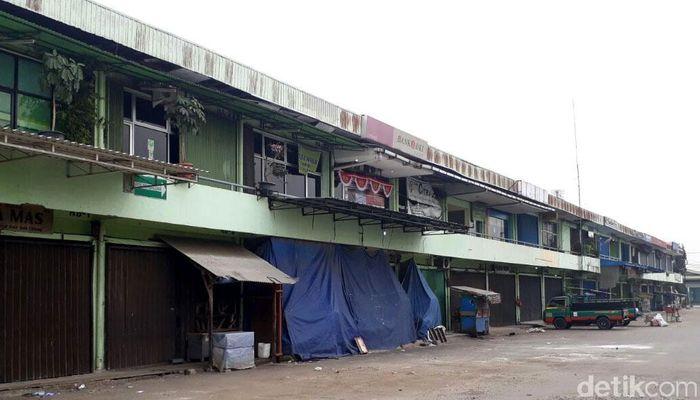 Saat aturan harga eceran tertinggi (HET) mulai berlaku hari ini, toko-toko di Pasar Induk Beras Cipinang yang menjadi pusat distributor beras di Jakarta tutup.