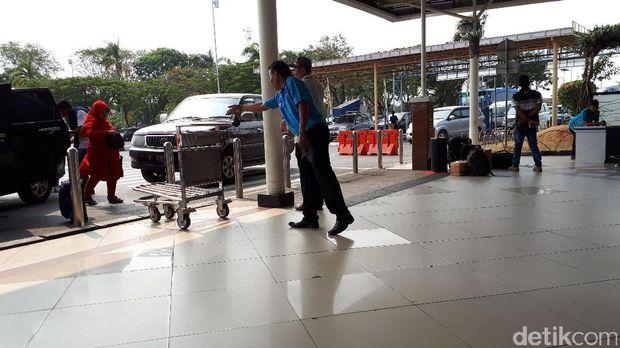 Porter gratis (airport helper) di Bandara Soekarno-Hatta /