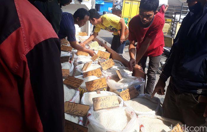 Seorang pedagang beras bernama Alex mengaku telah mengikuti aturan HET pemerintah. Saat ini, dia menjual beras premium kepada para pengecer dengan harga Rp 12.500/kilogram.