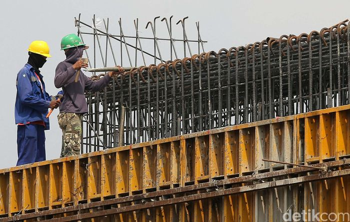Pekerja melakukan pembangunan Tol Becakayu di kawasan Universitas Borobudur, Cipinang, Jakarta Timur, Sabtu (2/9/2017).
