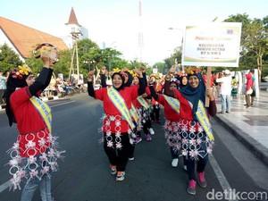 Ratusan Warga Surabaya Berkostum Daur Ulang Sampah