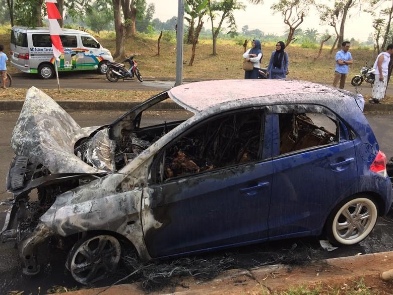 Mobil Honda Brio yang Terbakar di Bekasi (Foto: Istimewa)