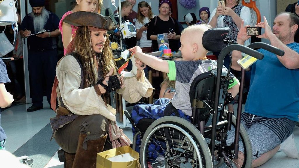 Foto: Senyum Anak-anak di RS Saat Dijenguk Captain Jack Sparrow