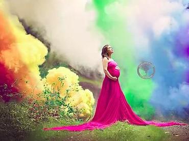 Unik nih, Bun. Lambang pelangi untuk si rainbow baby disimbolkan pakai asap warna-warni (Foto: From Labor To Love)