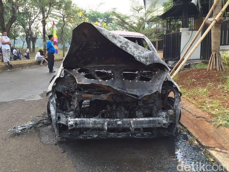 Brio yang terbakar saat sedang diparkir di rumah di Tambun, Bekasi. (Foto: Ruly Kurniawan)
