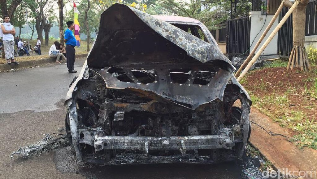 Bukan Powerbank, Honda Brio di Bekasi Terbakar dari Kap Mobil