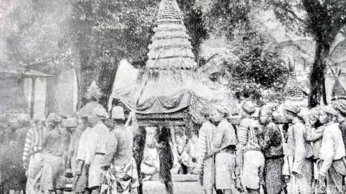 Tradisi Grebeg di Keraton Yogyakarta tempo dulu. (Foto: Repro, buku Kota Jogjakarta 200 Tahun)