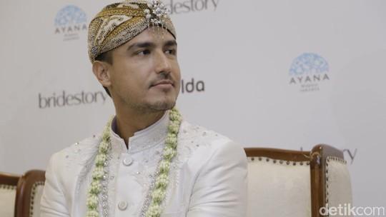 Udah Halal, Kok Muka Hamish Daud Masih Tegang?