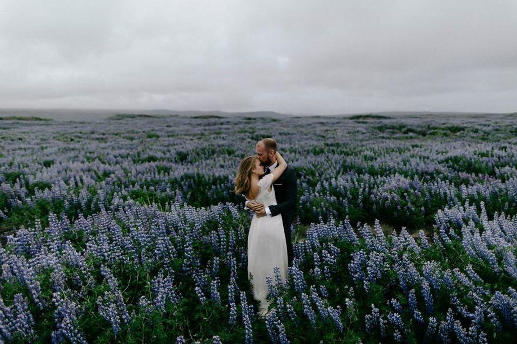 Foto-foto ini merupakan karya fotografer dari berbagai dunia yang mengikuti Junebug Weddings 2017 Best of the Best Destination Photo Contest. Lokasi foto ini di Grindavik, Islandia. Foto: Levi Tijerina/Junebug Weddings via Bored Panda