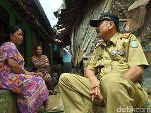 Bawa Beras, Sekda Sukabumi Sambangi Gubuk Miring Mak Cacih