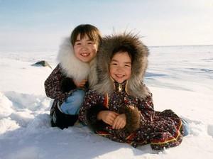 Mengintip Kehidupan Anak-anak Suku yang Tinggal di Lingkungan Ekstrem