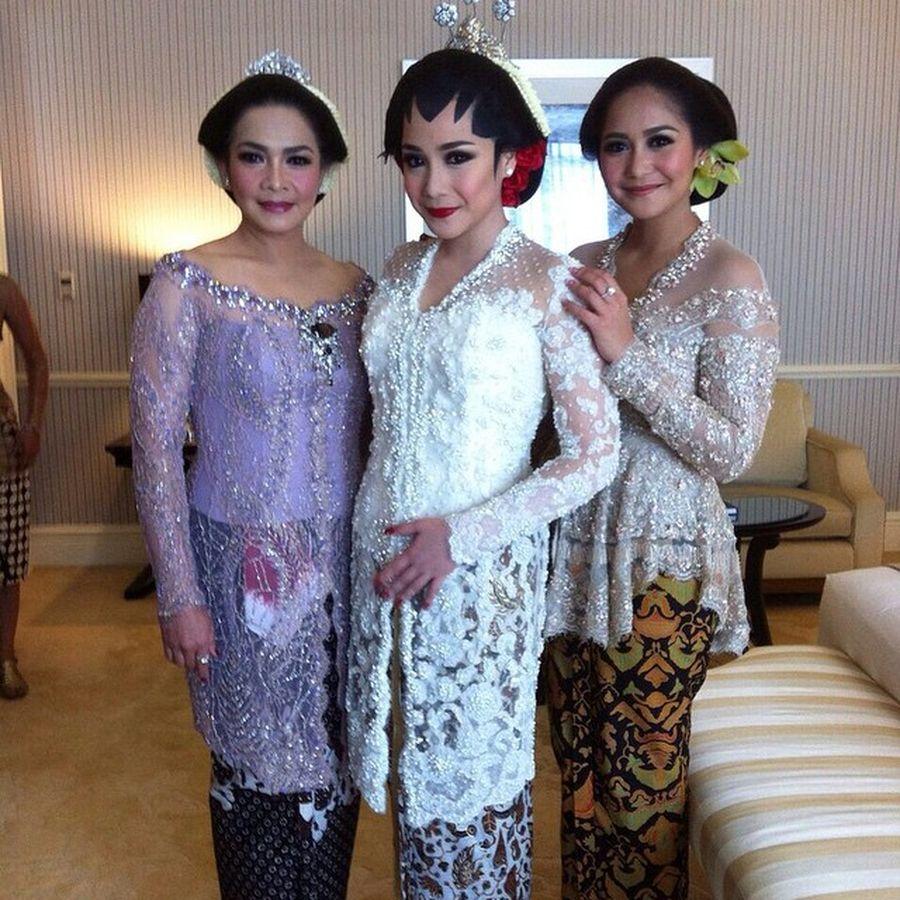 Foto: 11 Model Kebaya Pengantin Artis Indonesia, Raisa Hingga