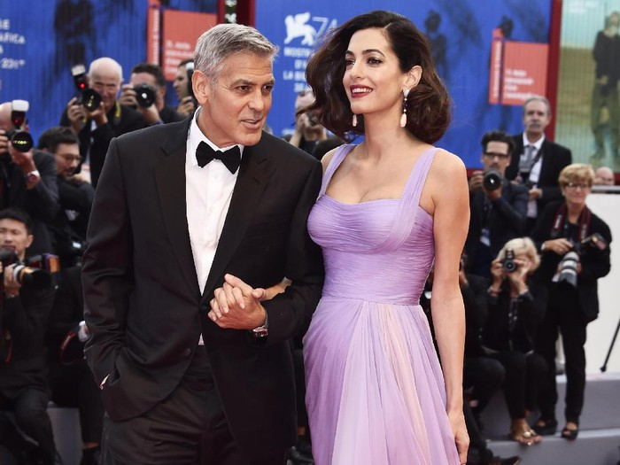 VENICE, ITALY - SEPTEMBER 02:  Amal Clooney and George Clooney walk the red carpet ahead of the Suburbicon screening during the 74th Venice Film Festival at Sala Grande on September 2, 2017 in Venice, Italy.  (Photo by Vittorio Zunino Celotto/Getty Images)