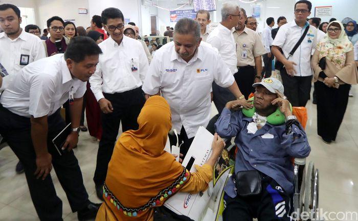 Sofyan Basir menyapa pasien.