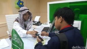 Pakai Kostum Unik, Pegawai Sosialisasikan BPJS TK untuk TKI