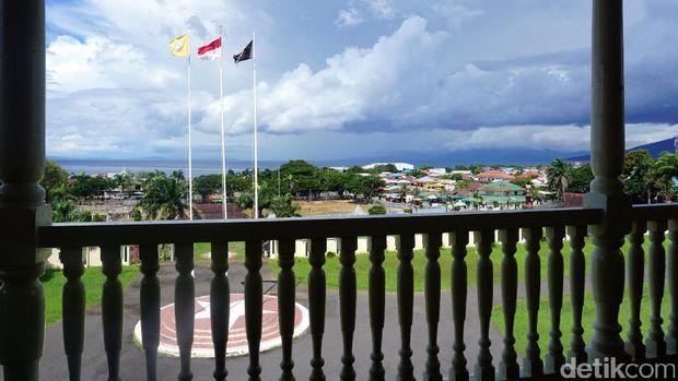 lambang3 Bendera Kesultanan Ternate bersanding dengan bendera Merah Putih (Wahyu/detikTravel)