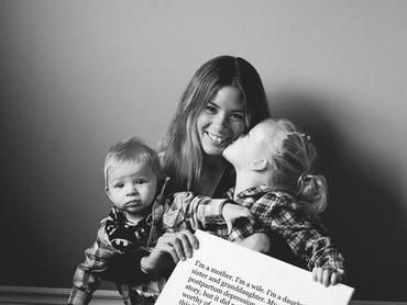 Meskipun sudah punya anak dua, ibu ini sempat alami depresi, lho. (Foto: Mikaela Shannon Photography)