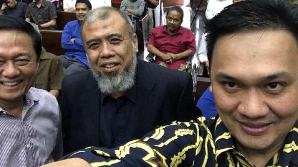 Saat Farhat Abbas Ajak Selfie Patrialis Akbar di Ruang Sidang